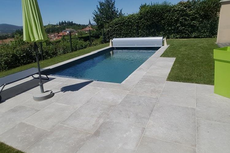dallage en pierres naturelles autour d'une piscine extérieure